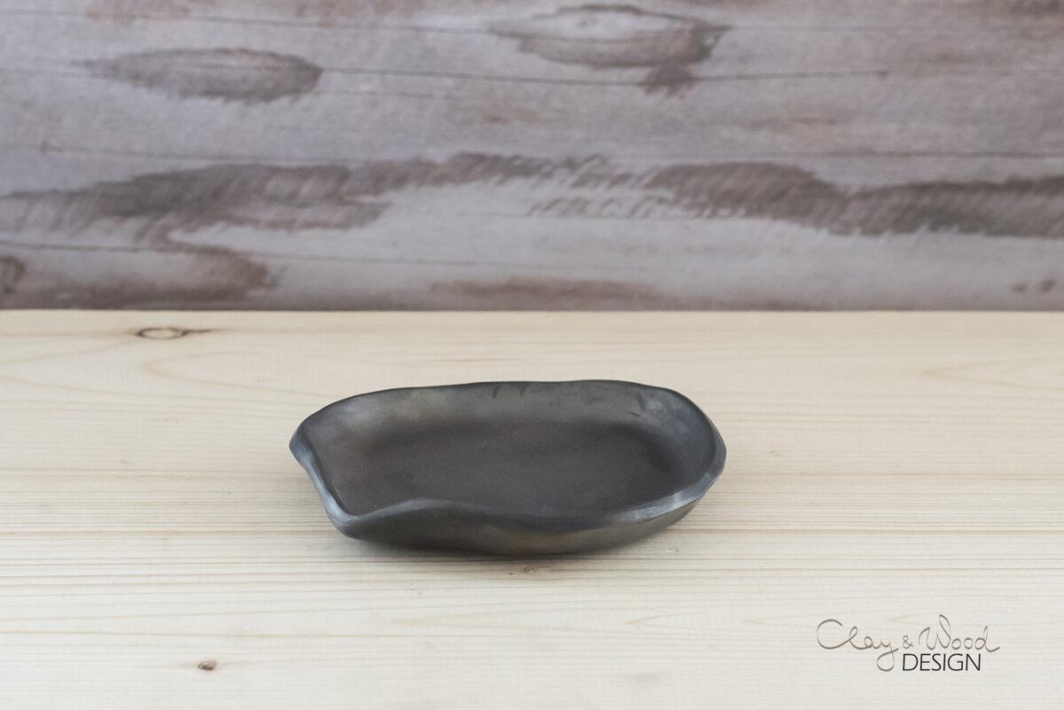 Melnās keramikas paliktnis virtuves piederumiem